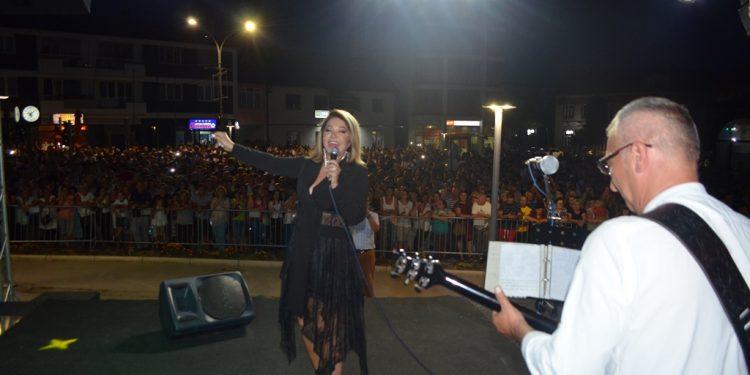 Neda Ukraden na prepunom Trgu mladih održala koncert za pamćenje